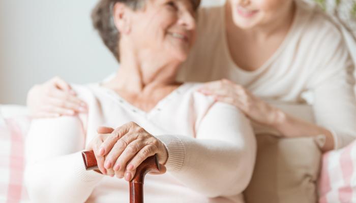Osteoporosis en la menopausia; por qué ocurre y tres consejos para su prevención